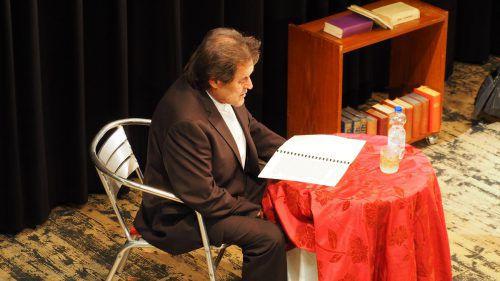 Kurt Sternik nahm auf der Bühne die Rolle des Vorlesers ein, der Eschelbachs Werke einer Jury vorträgt. egle