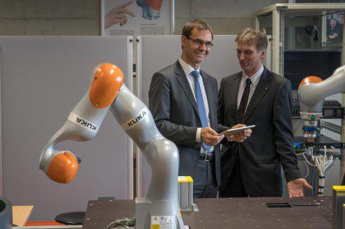 Landeshauptmann Markus Wallner mit Professor Robert Merz, dem Leiter der Digital Factory Vorarlberg. FHV