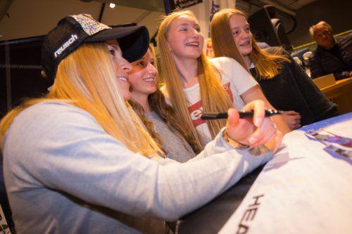 Lara Gut, 24-fache Siegerin bei Weltcuprennen, wird bei der Autogrammstunde in Dornbirn von den Fans belagert.Hartinger