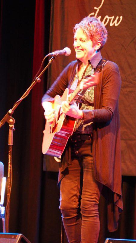 Lorraine Jordan überzeugte mit Stimme und Gitarre.