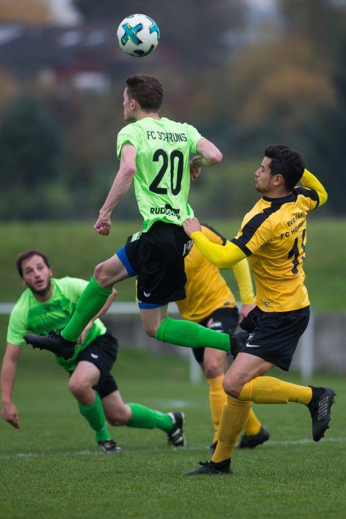 Marco Berthold (links) sicherte seiner Mannschaft den Ball per Kopf.VN-Steurer
