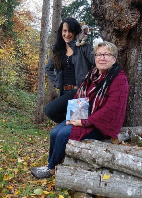"""Maria Etlinger mit Tochter Barbara aus Andelsbuch und dem gemeinsamen Werk """"Pipo""""."""