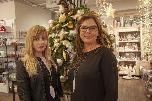 Melanie Tschofen (r.) und Julija führten durch die Weihnachtswelt.