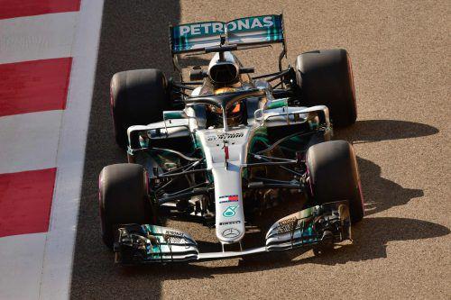 Mit einem goldenem Helm und der Nummer eins auf dem Auto fuhr Fünffach-Weltmeister Lewis Hamilton gestern in Abu Dhabi das Auftakttraining. apa