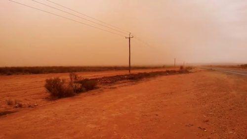 Mitten am Tag sind plötzlich Wolken aus Sand und Dreck aufgezogen. Im Landesinneren war der Himmel nahezu orange. Reuters