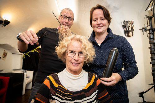 """Mutter Clothilde Neyer posiert mit ihren Kindern Udo und Angelika im Salon ihres Sohnes """"Crimpers for Hair"""". VN/Sams"""