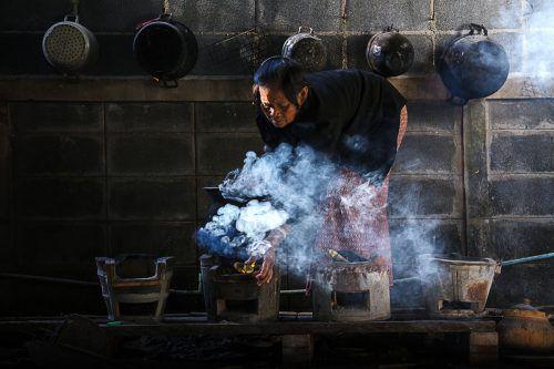 Rauch durch Kochen auf offenem Feuer nimmt Menschen den Atem. fotolia