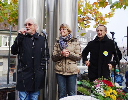 Reinhold Bilgeri spricht auf einer Demo in Hohenems. tf