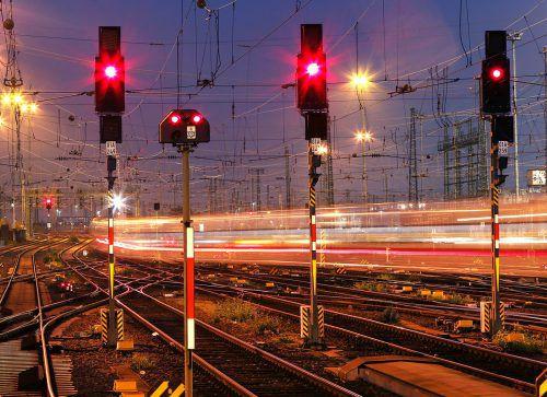 Rot wegen Streik. Am Montag ist mit Behinderungen im Bahnverkehr zu rechnen. AP