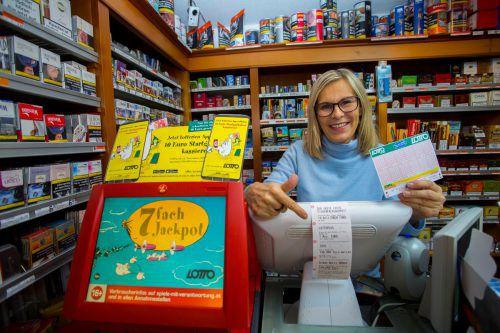 Sabine Sulzbacher bringt in der Trafik Kögl-Graf das Terminal zum Glühen. Kurz vor Annahmeschluss rechnen die Lotterien mit 220 Transaktionen pro Sekunde. VN/RP