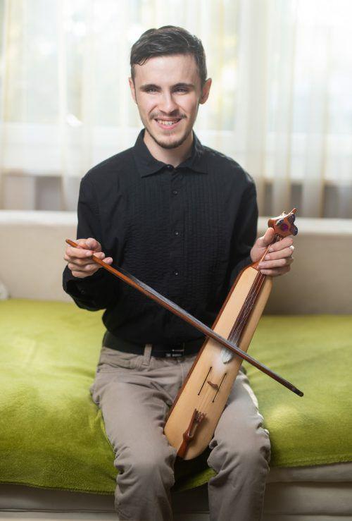 Samet spielt mit Hingabe türkische Geige. Das Gehör des blinden jungen Mannes ist außerordentlich gut.