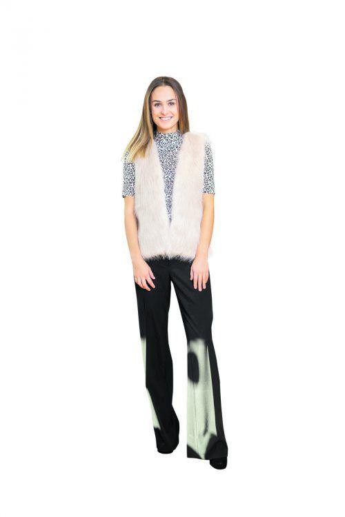 """Schlagfertig!             Lisa aus Dalaas in einem Outfit von der Fussl Modestraße: Hose """"Sahara"""" im Marlene-Style (49,99), Shirt """"Comma"""" (49,99) und Gilet """"Comma"""" (79,99 Euro).               VN/Sams"""