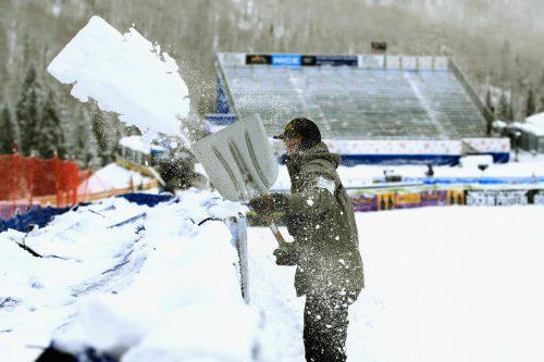 Schneeschaufeln statt Trainingin Beaver Creek. gepa