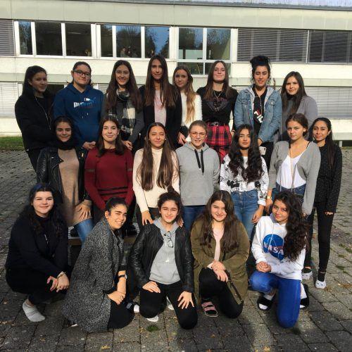 Schülerinnen der Kulturakademie der HAK Bregenz spielten am gestrigen Freitag auf öffentlichen Plätzen Theater. Bubik