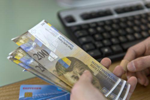 Wenn ein Schweizer Unternehmer einen Überbrückungskredit beantragt, hat er bis zu 500.000 Franken bereits wenige Stunden später auf dem Konto. Keystone