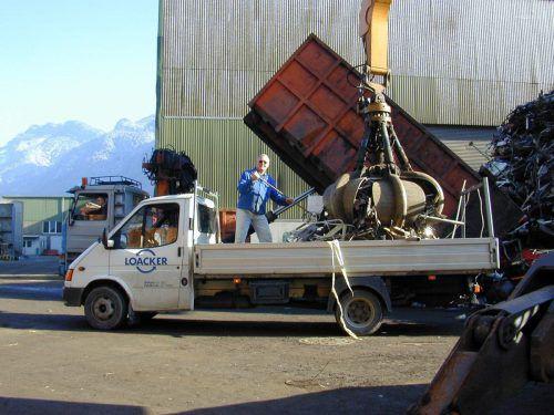 Sieben Kleinlaster voller Altmetall sammelten die Götzner Imker. gemeinde
