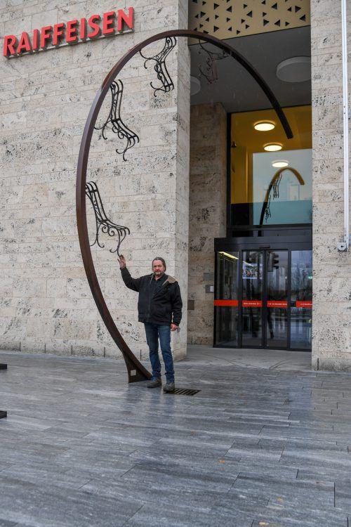Silvan Köppel vor einem seiner Kunstwerke in Widnau.