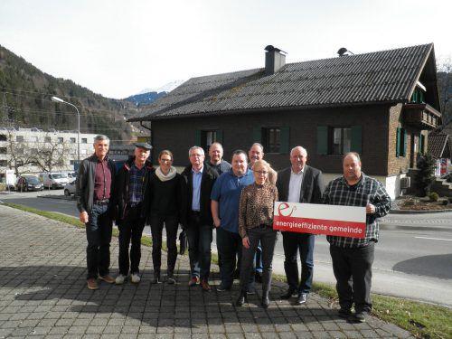 Stefan Steininger (6.v.l.), Vorsitzender des Ausschusses für Energieeffizienz und Umweltschutz, hat die Aktion mit Patrick Domig (AEEV) initiiert. gemeinde