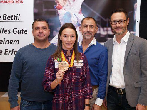Stolz zeigt Bettina Plank ihr WM-Bronze her, Juan Luis Benitez, Dragan Leiler und Gerhard Grafoner freuen sich mit. juen
