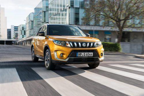 Suzuki hat sein Erfolgsmodell Vitara einem Facelift unterzogen. Wichtigste Neuerung bei dem Mini-SUV ist ein neuer Einstiegsbenziner mit 111 PS; der 1,0 Liter große Dreizylinderturbo ersetzt den zuvor angebotenen 1,6-Liter-Saugbenziner. Äußerlich erkennbar ist das Facelift-Modell an neuen Kühlergrillstreben in vertikaler statt bisher horizontaler Ausrichtung.