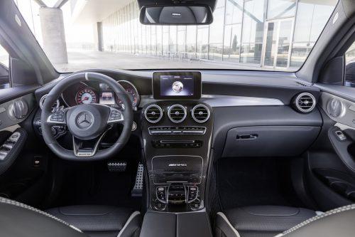 Teildigitalisiert ist das Cockpit in allenVarianten, vom Einsteiger bis zum AMG.