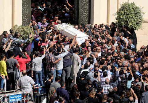 Trauernde tragen den Sarg eines Anschlagsopfers. Die Wut unter den koptischen Christen ist groß. reuters