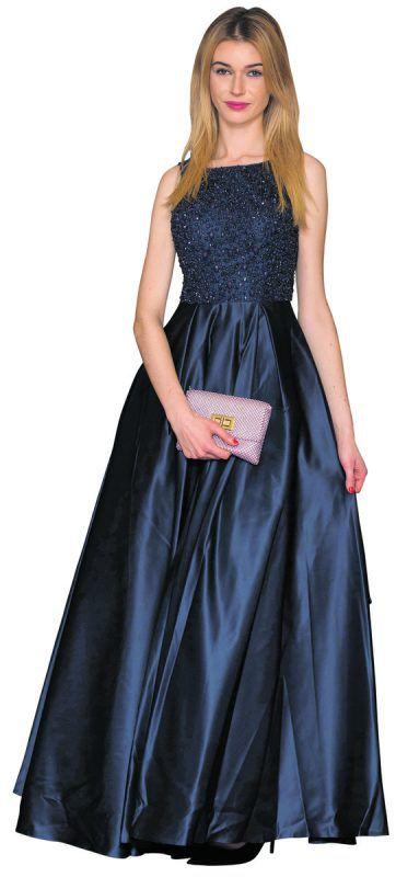 Trendfarbe: Dunkelblau ist das neue Schwarz. Martha (19) aus Feldkirch trifft mit einem Kleid aus Satinstoff und ausladendem Rock auf großen Faschingbällen wie dem Gildenball genau ins Schwarze. (alle Kleider von Linea Uno in Bregenz)