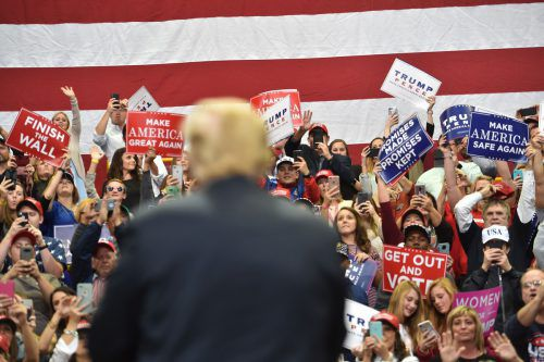 Trump war im Wahlkampf omnipräsent. Bei seinen Auftritten setzte er vor allem auf das Migrationsthema.AFP