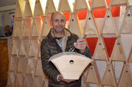 Ulrich Nußbaumer hat in den vergangenen Jahren rund 1000 Arbeitsstunden in sein Projekt investiert. 200 Vogelhäuschen fehlen ihm noch bis zu seinem Ziel. VN/ger