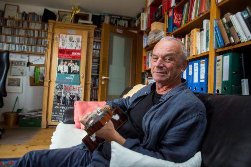 """Ulrich Troy in seinem """"kreativen Kraftraum"""" zu Hause in Egg. Er freut sich mit seinen Bahnteifl auf die """"Ma hilft""""-Gala.VN/Paulitsch"""