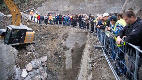 Um 11.20 Uhr hatte es der Tunnelbohrer geschafft. Zahlreiche Zuschauer wollten sich den Tunneldurchstich nicht entgehen lassen. VN/Lerch