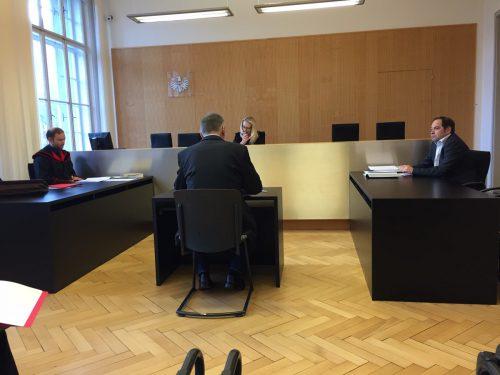 Verurteilt zu 1200 Euro Geldstrafe teilbedingt: Der Angeklagte (l.) vor Richterin Sonja Nachbaur, vertreten durch Rechtsanwalt Martin Rützler.vn/gs