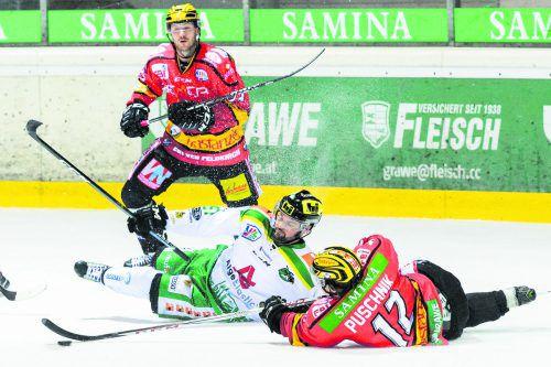 VEU-Stürmer Kevin Puschnik gegen Lustenaus Thomas Auer. Heute gibt es in Feldkirch wieder Derby-Atmosphäre.stiplovsek