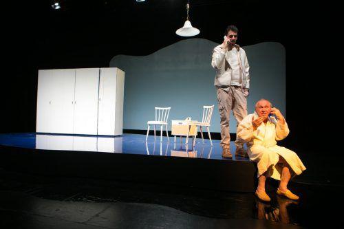 """Viel Applaus im Theater Kosmos: Anwar Kashlan und Haymon M. Buttinger in """"Der Mann, der die Welt aß"""" von Nis-Momme Stockmann. VN/Hartinger"""