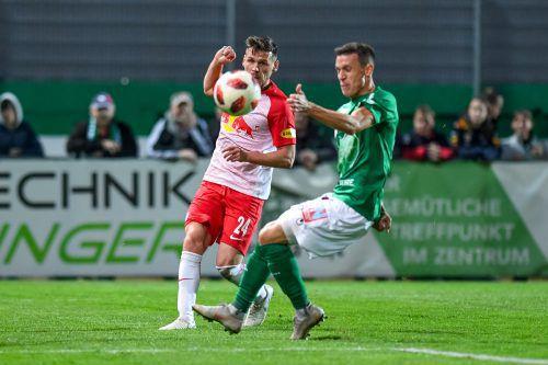 Viel Mühe hatten die Stars von RB Salzburg (im Bild Christoph Leitgeb gegen David Otter), um sich am Ende knapp durchzusetzen.gepa