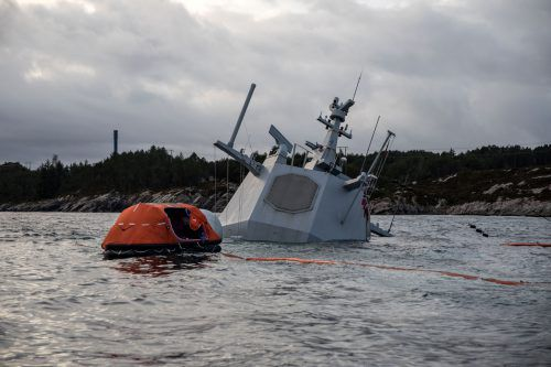 Vom Kriegsschiff ragen nur noch Radarturm und Teile des Hecks aus dem Wasser. Reuters