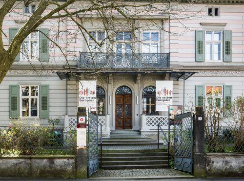 """Vor dem Jüdischen Museum wird im Rahmen der Aktion auch an das Ausstellungsprojekt """"Die ersten Europäer"""" erinnert. JHM"""