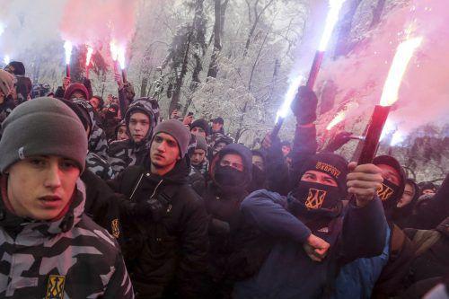 Vor dem Parlament in Kiew fordern Mitglieder des rechtsextremen Asow-Regiments hartes Durchgreifen gegen Russland. ap
