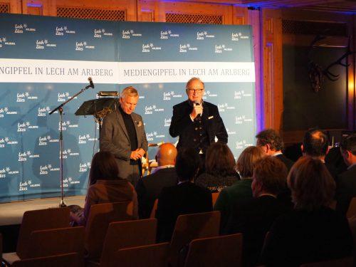 Weltpoltik in Lech: Tourismusdirektor Hermann Fercher (l.) und Gemeindechef Ludwig Muxel eröffneten den Abend. VN/Haller