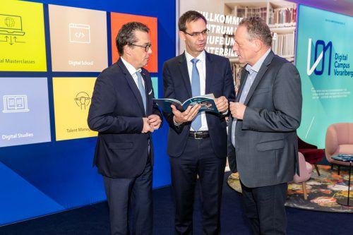 Wirtschaftskammerpräsident Hans Peter Metzler, Landeshauptmann Markus Wallner und Arbeiterkammerpräsident Hubert Hämmerle gemeinsam am Werk. Land
