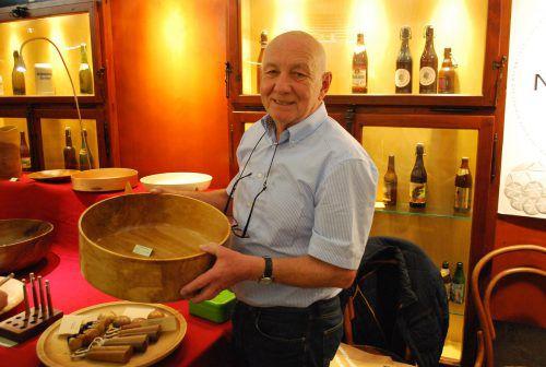 Wolfgang Waibel präsentierte seine gedrechselten Schalen.