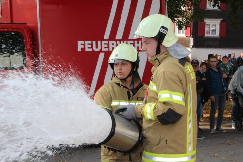 Zu den Aufgaben der Klauser Einsatzkräfte zählte auch das Aufbringen eines Schaumteppichs.