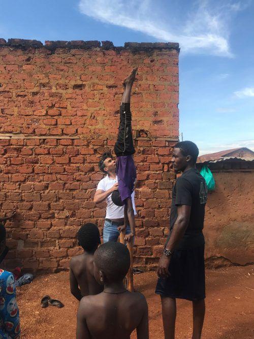 Zurcaroh-Gründer da Cruz in Uganda, wo ein Hilfsprojekt gestartet wird.
