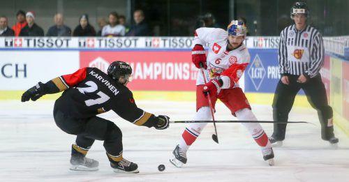 Alexander Pallestrang (r.) und seine Salzburger Kollegen setzen sich im Heimspiel gegen Kärpät Oulu durch. gepa