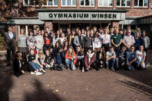 Alle TeilnehmerInnen und LehrerInnen vor dem Gymnasium in Winsen.BG/BRG Feldkirch-Rebberggasse