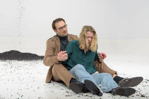 """Als Ereignis gefeiert: Caroline Peters und Steven Scharf in """"Medea"""". APA/burgtheater"""