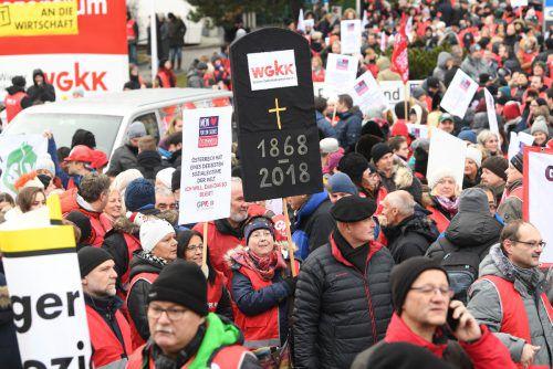 Als ÖVP und FPÖ die Kassenreform Mitte Dezember beschlossen, protestierte die Gewerkschaft vor der Zentrale der WGKK in Wien. APA