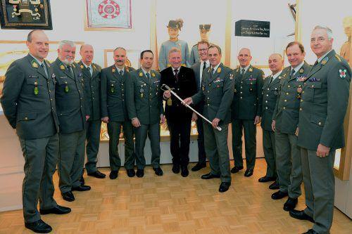 Alt-Landesrat und VN-Ombudsmann Erich Schwärzler bekam den erstmals verliehenen Ehrensäbel des Militärkommandos Vorarlberg überreicht.
