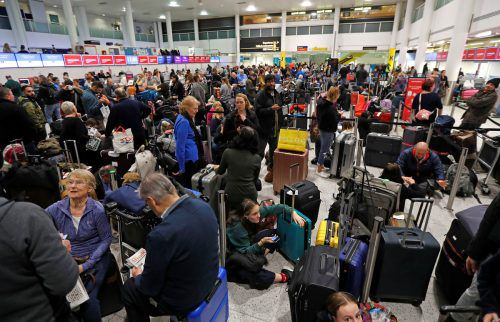 Am Flughafen Gatwick kam es zu stundenlangen Wartezeiten. Reuters