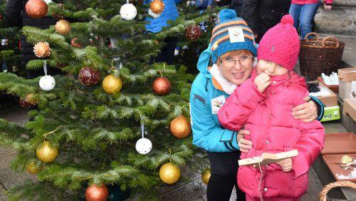 Am Sonntag werden auf dem Marktplatz Christbäume geschmückt. loa